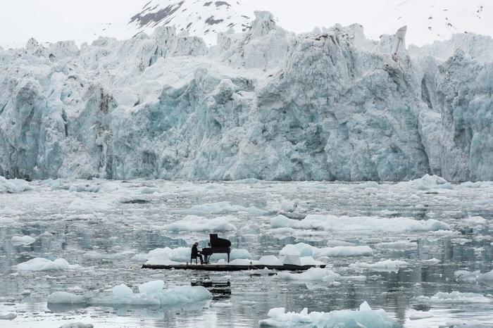 Ludovico Einaudi suona per Greenpeace fra ghiacci Artico