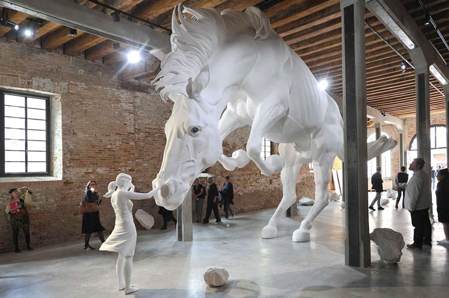 La romantica scultura del cavallo bianco alla biennale di for Apertura biennale arte 2017