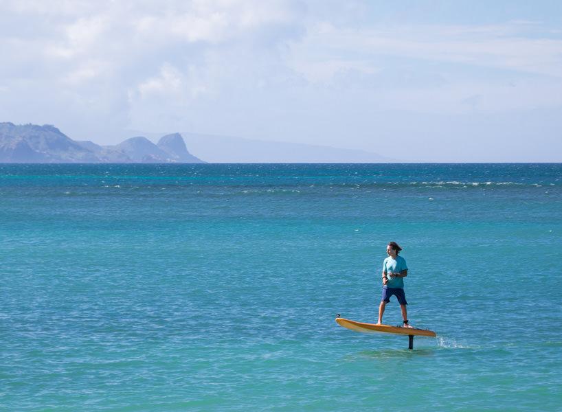 Fare surf senza onde e volando a 50 cm di altezza - Tavola da surf con motore ...