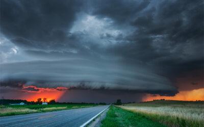 La potenza e la maestosità delle tempeste negli scatti di Mike Hollingshead