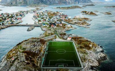 Lo stadio in un contesto unico al mondo. Henningsvaer, Norvegia