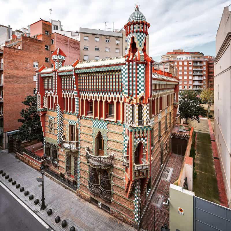 Barcellona riapre le porte di casa vicens for Porte della casa di tronchi