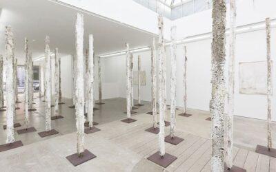Earthcasts, le sculture verticali di Jodie Carey