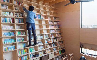 Camminare su una libreria inclinata
