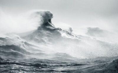 La bellezza misteriosa delle onde del mare osservate da Rachael Talibart
