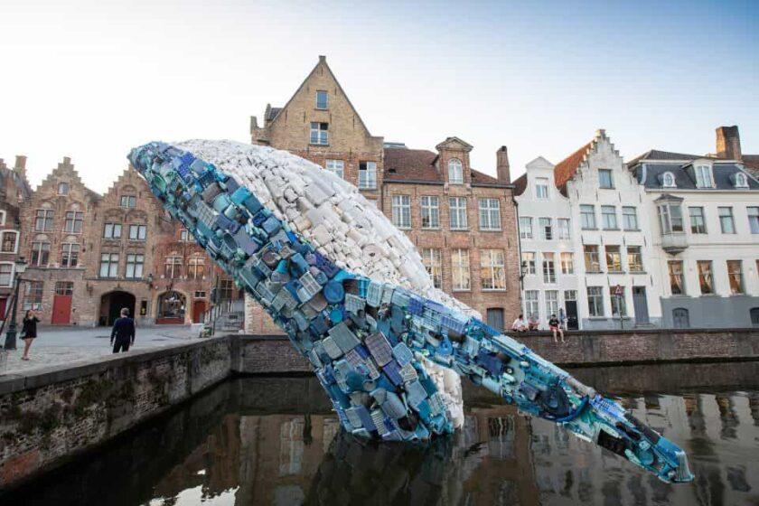 scultura di balena