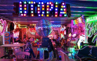 IlGod's Own Junkyard a Londra, un locale interamente costruito con luci al neon