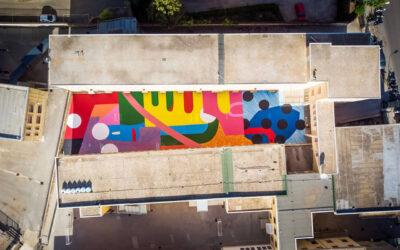 La vivace street art di Hense nel cortile di una scuola in Sicilia
