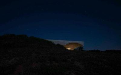 La villa quasi invisibile che nasce dal paesaggio di Aires Mateus
