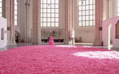 Il tessile come arte, gli abiti oversize di Beverly Semmes