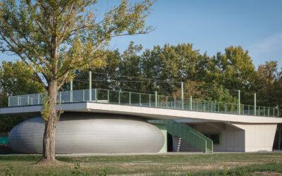 """Sulla costa del lago Balaton, sorto tra natura, innovazione e tradizione, il centro culturale """"The Zam"""""""