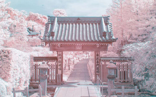 La bellissima città giapponese Kamakura fotografata ad infrarossi